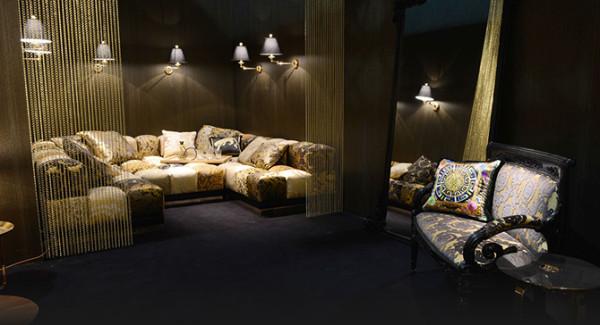 范思哲Versace家居系列以奢华创意诠释生活美学,透过赏心悦目的弯曲几何图案对比效果,定义对典雅的最高标准。卓越的品质、精细的手工、一丝不苟的态度,以及持之以恒的探索,融合当代精髓及传统风格
