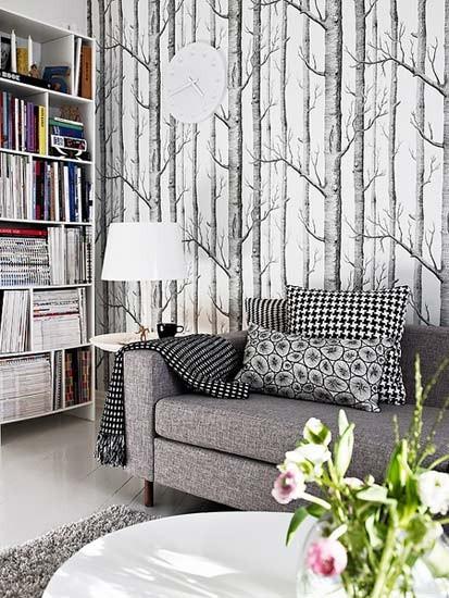 本以为北欧人偏爱木材家具,竟然连客厅整扇背景墙都赋予了天然的林木意境,淡雅的灰与黑,深灰的布艺沙发,在玻璃桌上时花的映衬下,仿佛身处大自然之中。