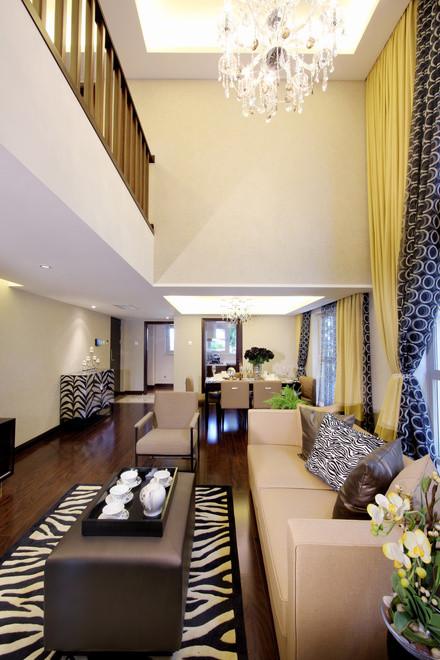 客厅的装修:简易的沙发,搭配斑马纹的地毯,简单且充满时尚的感觉