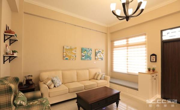 沙发背景墙设计: 浅棕色为空间注入阳光晒过的温暖,搭配与屋主品味呼应的家具,呈现出道地的美式新古典风情。