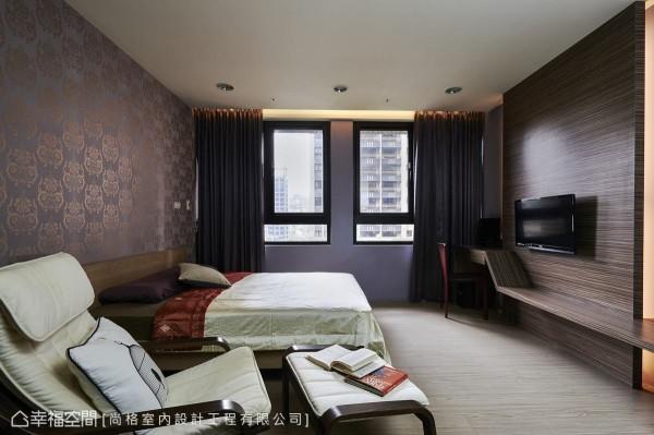 主卧室改以温润的木质元素铺陈宜人纾压氛围,打造宁静舒适的休憩空间。