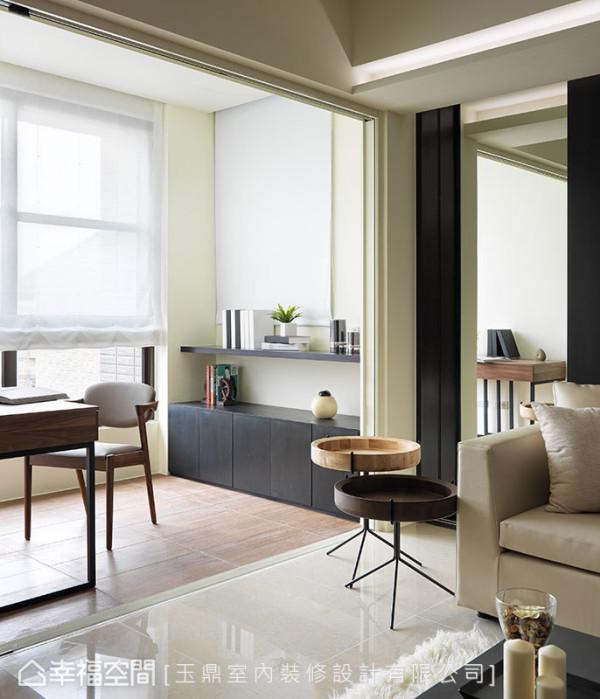 位于窗边的书房藉由地坪材质的跳接,从意象上界定独立机能。