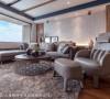 设计师王艺桦与王义胜在沙发后构置展示台并打上灯光,引导出空间的氛围,也映照质材的丰富肌理。