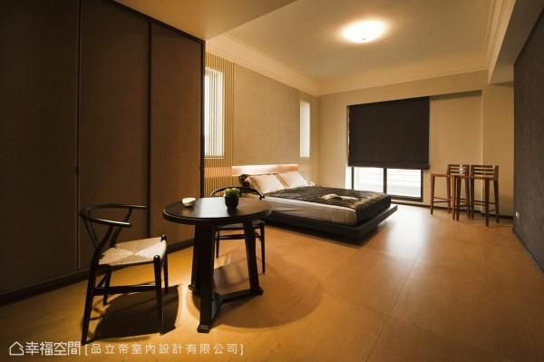 延续着深色木质的机能铺排,主卧房以家私机能构成简约宁静的卧眠氛围。