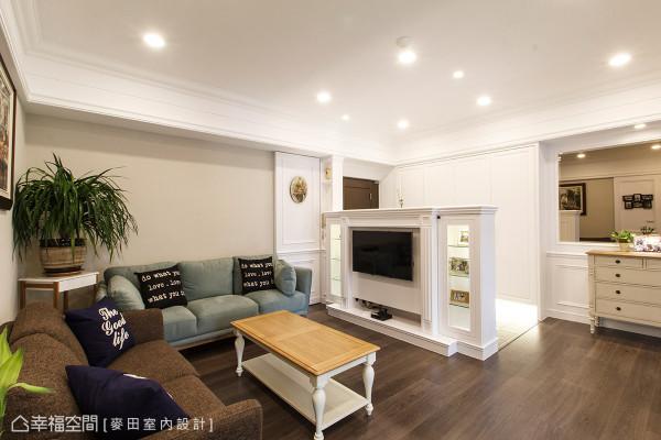 白色的主题色调中,客厅墙面刷以淡雅的米黄色调作为场域界定,不成套的跳色沙发,使空间增添年轻活力。