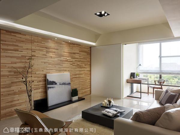 立体拼贴的集层木电视墙,让空间更感生动自然,左右对称的切割线条中,在右方隐藏通往主卧房门片。