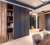 入门后,泛达设计以多样的质材,如特殊纹路的木皮鞋柜、全身镜、亚得里亚蓝色调柜面到白色文化砖墙,铺陈出立面的精彩与丰富。