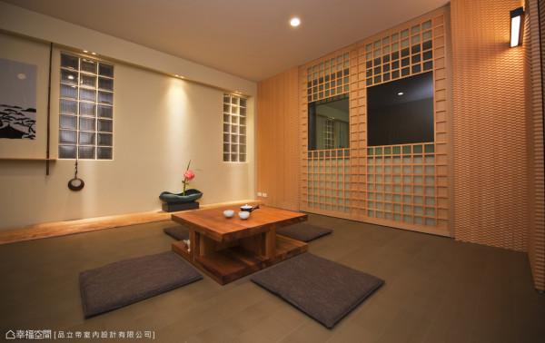 预留着待客时的借宿弹性,和室空间以大理石才研磨而成的石末,在立面上创造粗糙的手感表情,搭衬竹地板、桧木阐述日式禅风。