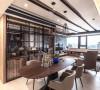 客、餐厅采用开放式的型态呈现,让公共领域扩充最大;此外,延续天花板的线条元素,餐柜设计也以线条隔栅作为屏隔,并在镜面的反射下相互辉映。