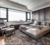 转入主卧寝居空间,独一无二的床头主墙,以亚得里亚蓝、特殊纹理的木纹与线条,延伸了空间的设计主题。