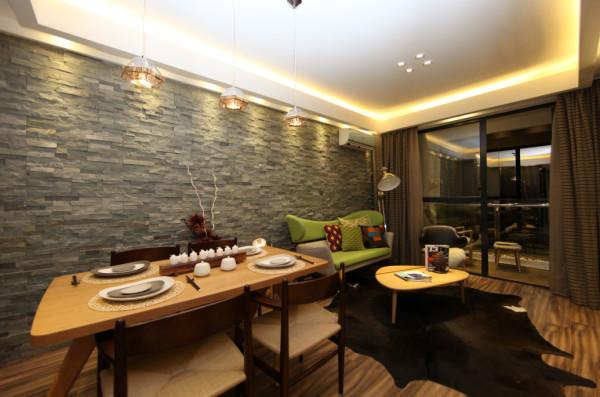 本色实木餐桌,颇具自然风,营造出舒适的就餐环境。采光通透的窗台下,留出一隅供阅读之用。开放型的设计让各个功能之间可以互相穿插,有限的空间得到最充分的利用。