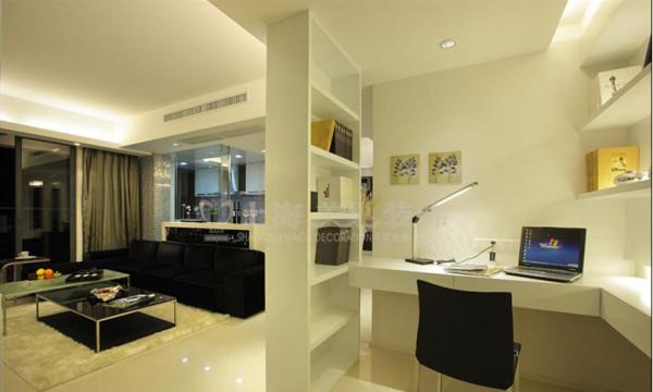瀚宇天悦2室2厅书房装修效果图---书房与客厅相邻,中间通过一扇透明玻璃推拉门间隔,使书房更加通透,黑白色调的桌椅、灯饰、挂画的搭配,兼具时尚和优雅感。