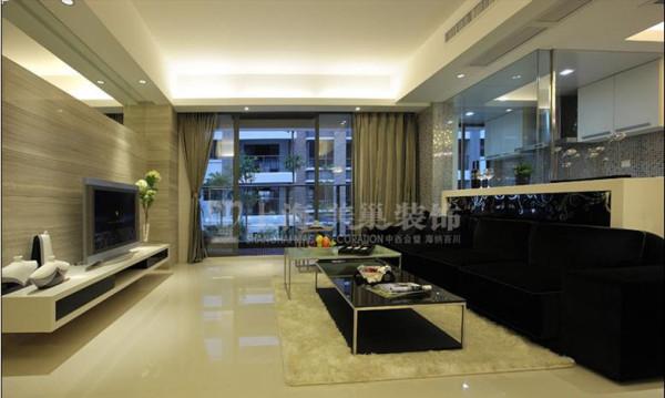 瀚宇天悦89平两室两厅客厅装修效果图---整个客厅的黑白色彩层次鲜明,尽显大气、沉稳感,黑色家具的装饰起到了空间过渡的作用,令空间色彩的立体感增强。