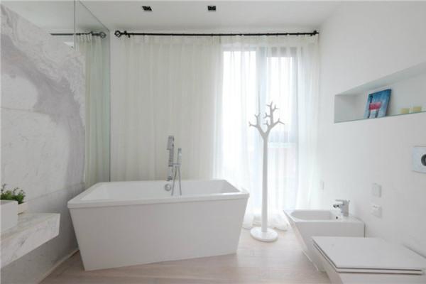 浴室不要添加过多的颜色,反而清爽干净的白色最为合适。如果觉得白色浴室太压抑,可以添加一点绿植或者蓝色系的装饰画,效果就会好很多了。