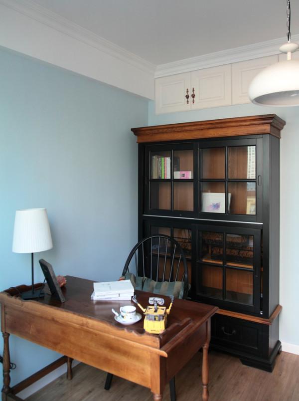 书房用天蓝色来点缀,很活泼