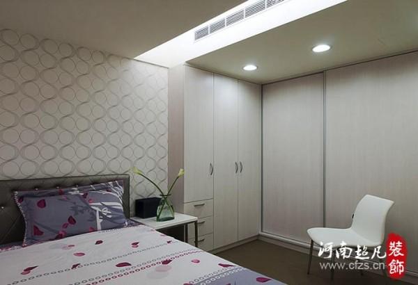 沿着墙面规划L型衣物收纳柜,满足实用机能。天花板包覆结构梁,修饰吊隐式冷气,并以简约设计呈现!