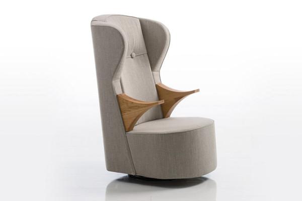 """家居软装设计师表示,一把舒适的躺椅必须有足够的垫料和适当的硬度,使其有助于体重的压力均匀分布于坐骨结节区域。Kati Meyer无疑充分认识到这一点,这把躺椅被他形容成""""一个时髦的避风港""""靠背弯成一个舒适的轮廓"""