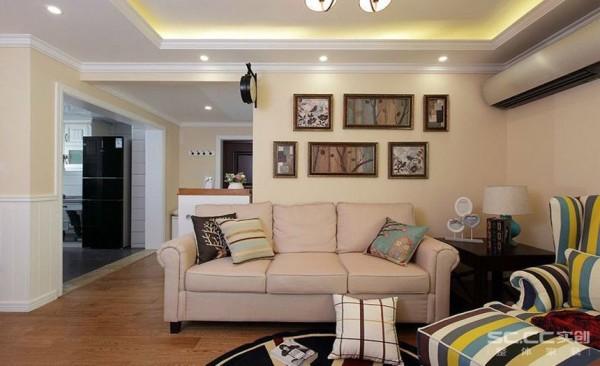 客厅设计: 客厅利用天花吊顶将空间划分为餐厅和客厅,强调了功能性设计,线条简约流畅,色彩对比强烈,体现了现代风格家具的特点。