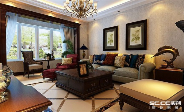 客厅设计: 门套窗套垭口都选择红木色包覆,融入中式的对称感,加入古典家具修饰使空间灵活性更强。
