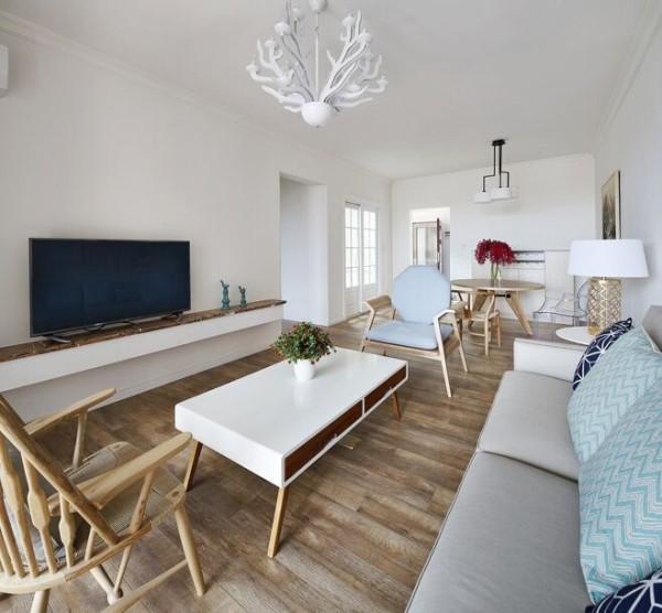 整体墙壁都是有福乐阁乳胶漆刷的,简洁环保,电视柜的选择也是用了简洁实用的横板,客厅的灯用了鹿角造型的吊灯