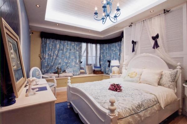 装修时墙面、地面、顶面本身都有各自的颜色,面积很大;后期配饰中窗帘、床罩等也有各自的色彩,并且面积也很大。这两者的色调搭配要和谐,要确定出一个主色调。