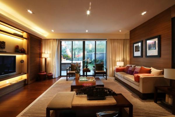 本案打破传统中式格局,以稳重简单而不简约的表现性使空间居住更为舒适,胡桃木纹理的沙发背景装饰板更显高档大气的档次
