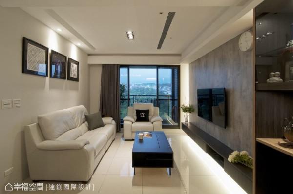 达镁设计以屋主最爱的灰色和白色调,再透过多样异材质结合,不同颜色的系统板交互层次搭配运用,打造简洁的现代风格。