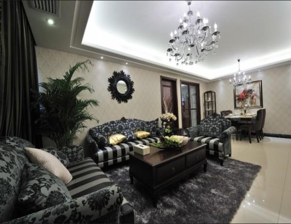 空间整体融入了古典、欧式等设计元素,壁纸图案的铺贴提升了空间宽阔感。吊顶的灯带为客厅提亮,增加了视觉上的跳跃性。