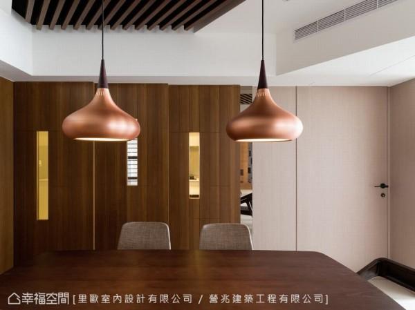 厨房以连动式推拉门,与餐厅稍加区隔,让空间更加舒适与通透。