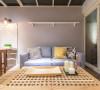 柔软的沙发,缤纷的抱枕配色,为空间注入了鲜明色彩;在落地窗外,保留了阳台空间,给生活与建筑有一个喘息的机会。