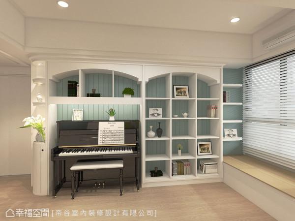量身订制的书柜层架下方预留钢琴位置,搭配浅绿色直纹墙面衬底,呈现精致温暖的美式情调。 (此为3D合成示意图)