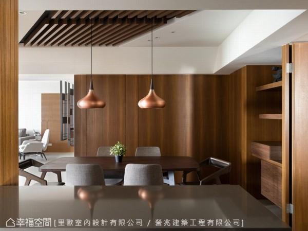 以木头格栅线条做为天花板,凸显出餐厅的场域主轴。