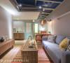 开放的客、餐厅及厨房,构筑在同一个面向,让17坪的小屋看起来更加开阔;灯光上,则在屋檐配置了轨道灯,可以型随机能的调整光氛。