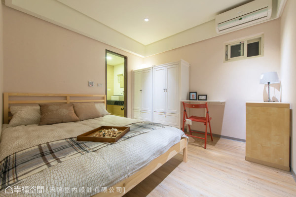 空间中没有过多的繁杂元素,使用米白色的壁纸营造优质的卧眠空间,并悉心为屋主添购可活动、机能性的柜体与书桌,满足生活上的需求。