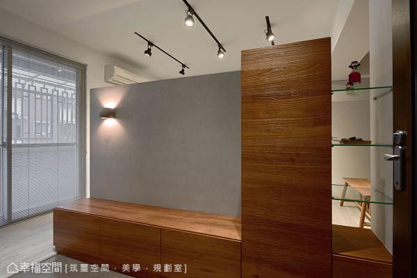 利用电视墙及地板材质变化,界定出原始格局无法拥有的玄关,也扩充出穿鞋椅、夜灯照明及收纳鞋柜等实用机能。