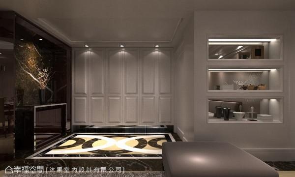 利用黑色为主色与电视墙呼应,大理石材拼花地坪搭配白色线板,都明显界定出客厅与玄关场域。 (此为3D合成示意图)