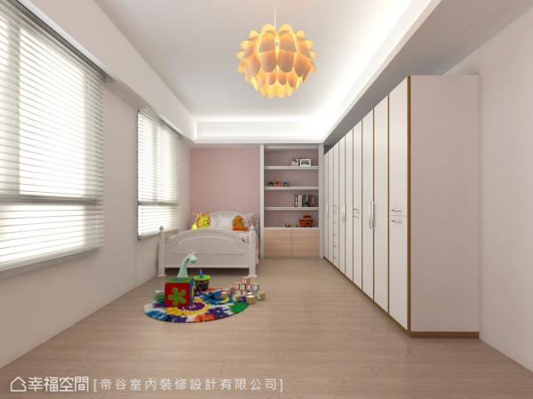 考虑小朋友未来长成所需的调整弹性,小孩房中仅以粉色系墙面与造型床组凸显童趣感。 (此为3D合成示意图)