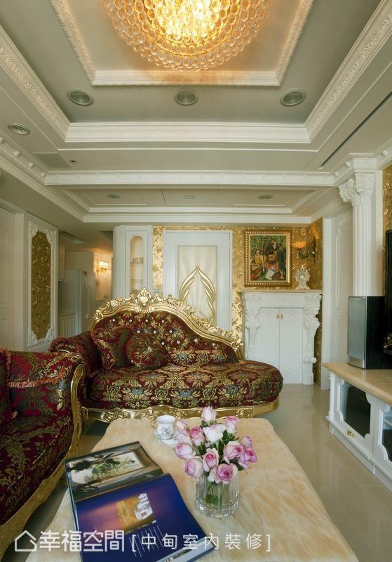 立体雕铸羽翼图案的大门,简进昆设计师以金箔壁纸做为主墙,两侧分别为内嵌式玻璃精品柜与壁炉造型鞋柜。
