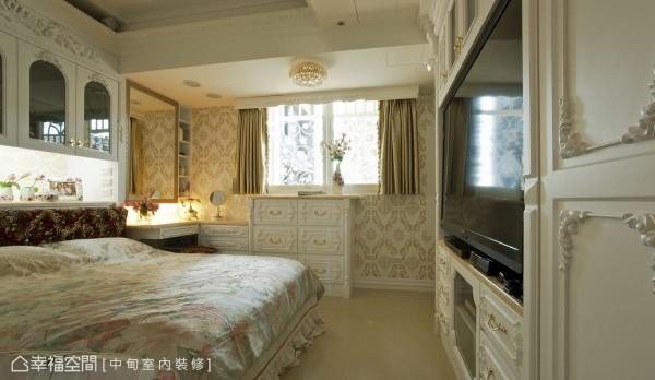 不以房门硬性隔间,而是以柜体造型做界定,增加视觉通透感,床头上方的梁下空间,则以特制收纳柜,化解梁压床的风水问题