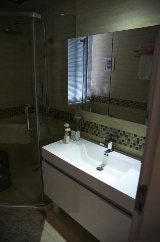 不用猜了~这是卫生间了。这个图片只是开了镜子后面灯所以还是比较黑乎乎的。