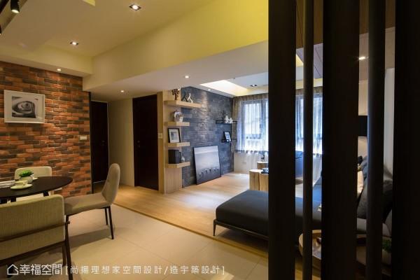 运用格栅设计的屏风,阻挡望进客厅的视线,保有视觉的通透感。