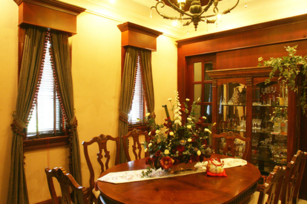 美式乡村厚重的木质假梁、梁驼、拱形的门洞、木质楼梯、厚重的家具无疑暴露了此风格的特点。最求一种厚重原生态回归自然的装饰风格。