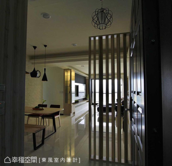 转向、错落成屏的格栅线性,以透视性的观点链结了玄关与客厅的场域关系。
