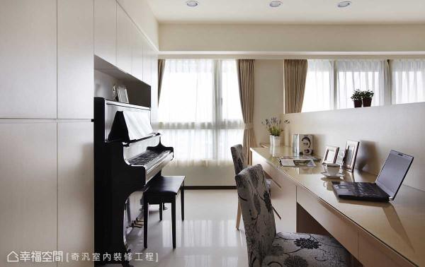 格局配置时,考虑置入钢琴所需,除了纳入部分客厅空间之外,系统柜的留白更是将设计精算化的最佳表现。