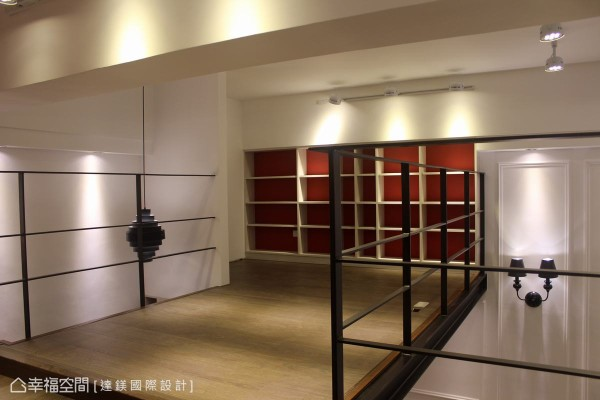 达镁设计顺应壁面高低落差,在壁面以绿建材系统柜增加收纳机能,墙壁也漆上红漆带来热情氛围。 (此为3D合成示意图)