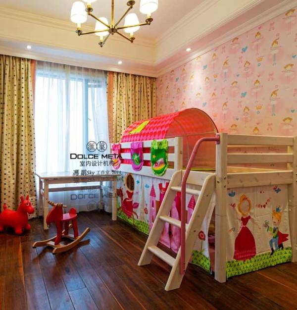 业主的小孩是女儿,所以设计师在考虑具房间时考虑了粉色的儿童壁纸和儿童家居。