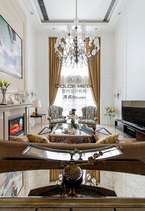 业主的厅为桃高楼层,设计师在考虑客厅造型时,以家具,窗帘,灯具,小摆件和墙面白色方块北欧风格的墙板等整体的运用达到北欧风格。