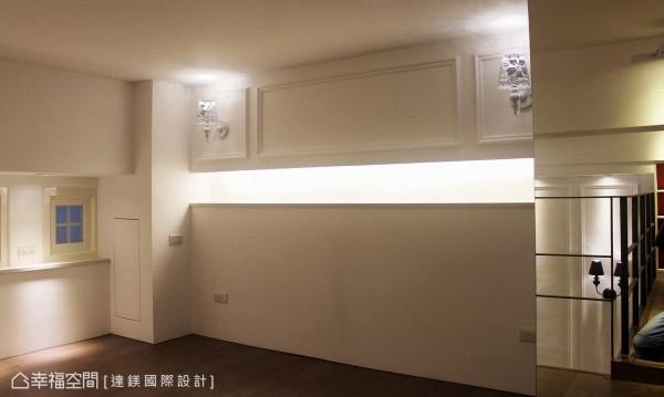 上方与左右边都有梁柱,加上通风管经过,于是以线板设计床头柜做修饰,最右边则以镜面做装饰。
