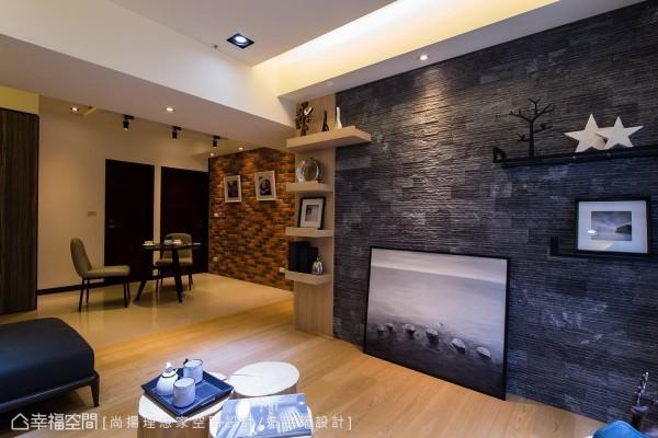 深灰色的天然文化石主墙,左侧装上厚木层板,搭配右侧的铁件展示架,以不同质材表现设计的变化性。