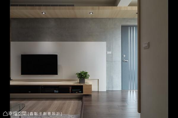 入门后,设计师郑明辉打掉阳台部分隔间,将开口与视野变得更开阔,并以架高10公分地坪划分场域界线,增添视觉上的层次。